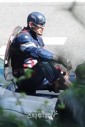 Captain-America-Duds-Filming-Avengers-7-Geekster.ru_